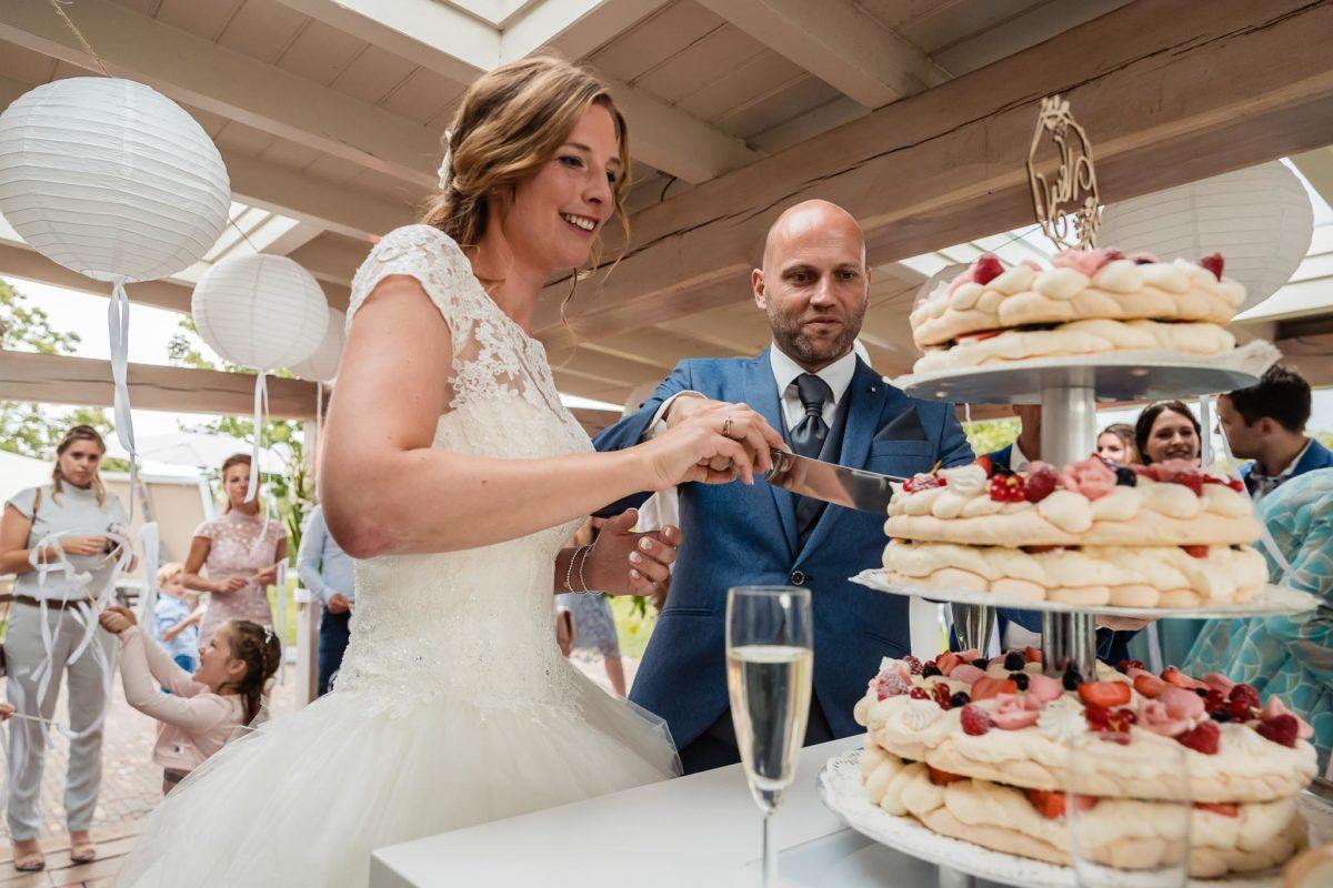 Bruiloft Doetinchem taart aansnijden