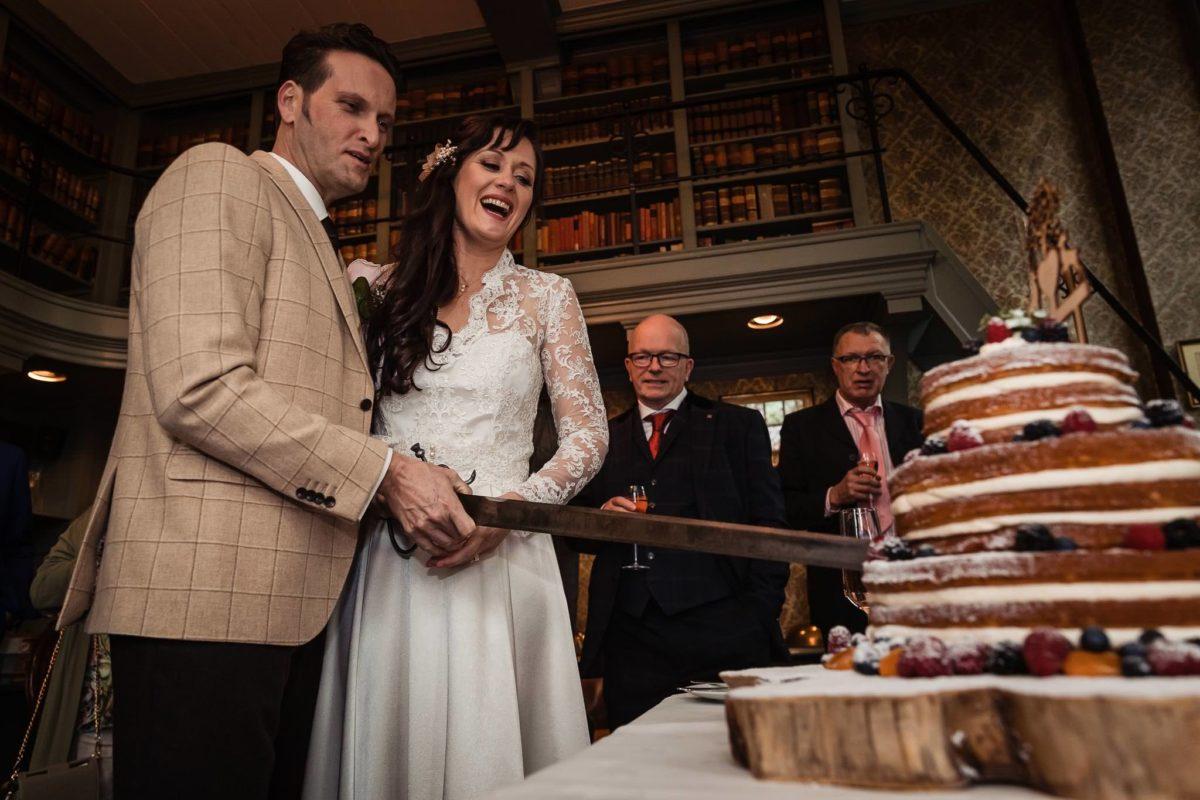 Bruidsfotografie kasteel wijenburg echteld taart aan snijden bruidsfotograaf