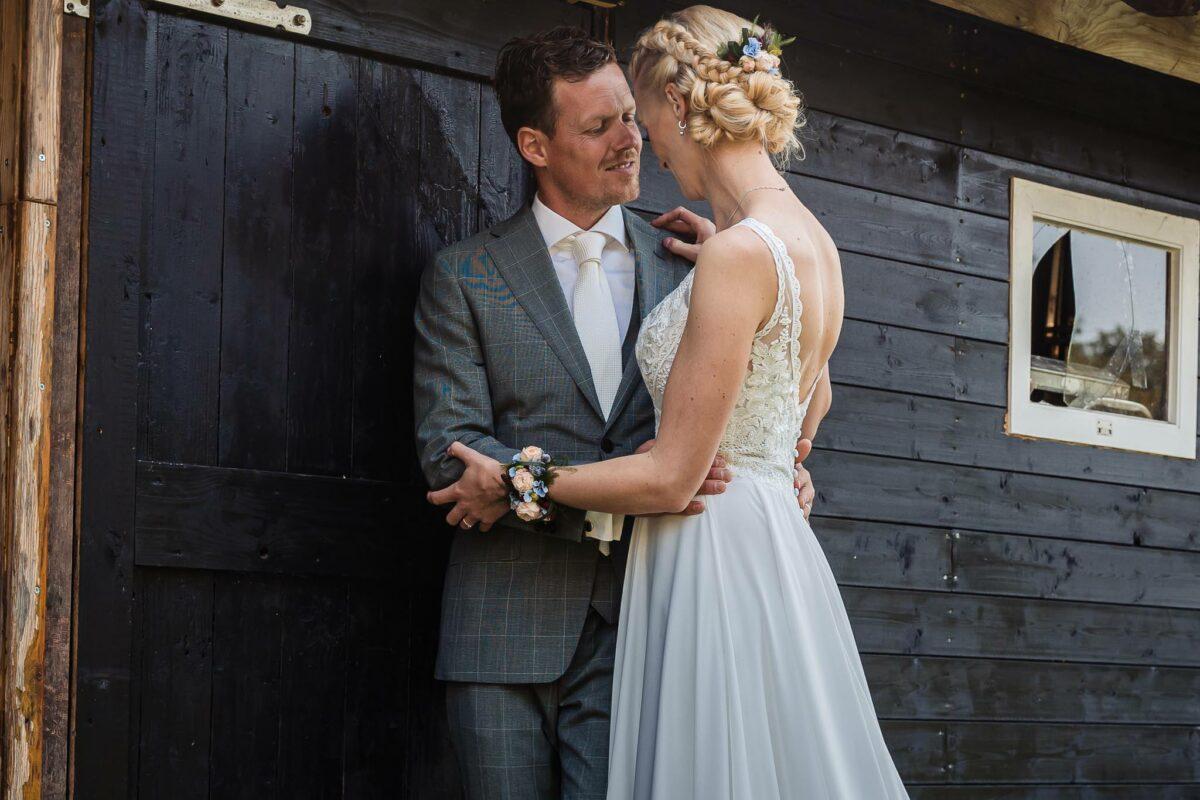 bruiloft-evelien-jorn-bos-achterhoek-lievelde-ervenkots-bruiloft-in-de-natuur-bosbruiloft
